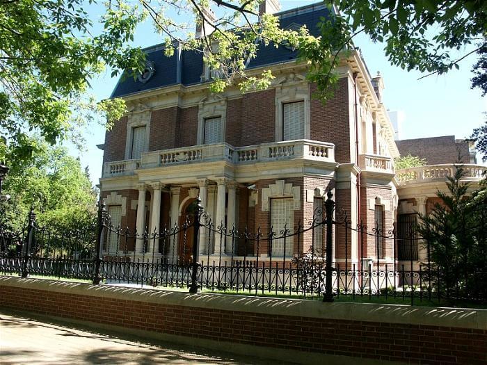"""Los secretos del Palacio Hirsch y la verdadera razón del nombre """"Belgrano R"""""""