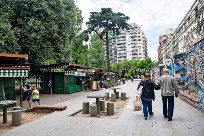 Libreros se oponen a la apertura de una calle en medio del Parque Rivadavia