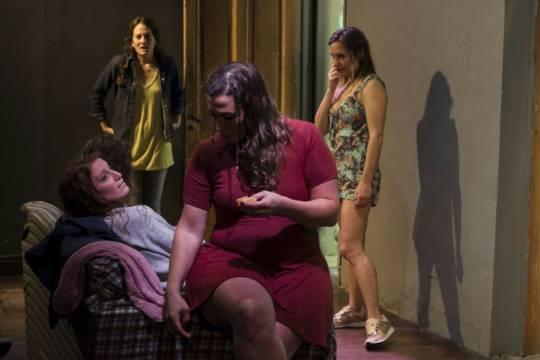 """""""Bañarse"""", una obra sobre la muerte y la amistad en un horario muy particular"""